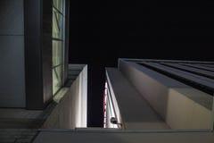 Nachtarchitectuur door de stad stock afbeelding