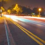 Nachtasphaltstraße in der Stadt mit Autolicht schleppt Stockfotografie