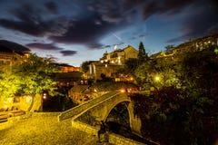 Nachtaufnahme der gekrümmten Brücke in Mostar Lizenzfreie Stockfotos