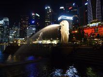 Nachtaufnahme der Hafenansicht Marina Bay Sandss in Singapur Stockbilder