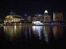 Nachtaufnahme der Hafenansicht Marina Bay Sandss in Singapur Stockfotos