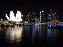 Nachtaufnahme der Hafenansicht Marina Bay Sandss in Singapur Stockfoto