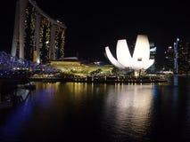 Nachtaufnahme der Hafenansicht Marina Bay Sandss in Singapur Stockfotografie