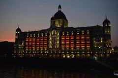 Nachtaufnahme des Taj Mahal Palast-Fünf-Sterne- Luxushotels u. der ikonenhafte Meereseinfassungsmarkstein in Colaba, Süd-Mumbai stockbilder