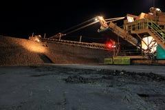 Nachtaufnahme des Zuckerrüben-Staplers während der Ernte Lizenzfreie Stockbilder