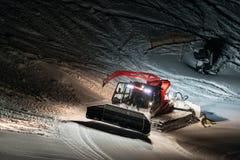 Nachtaufnahme roten Schnee Groomer Stockfotografie
