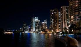 Nachtaufnahme von Flussufergebäuden in Brisbane Stockfotografie
