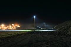 Nachtaufnahme von Zuckerrübenstapel mit Stapler während der Ernte Lizenzfreie Stockfotografie