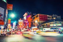 Nachtauto en mensenverkeer in Chinatown van Bangkok, Thailand stock foto