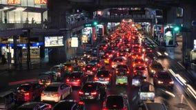 Nachtauto-Zeitspanne an der verkehrsreichen Verkehrs-Straße nahe U-Bahn-Bahnstation Siams BTS 4K Bangkok, Thailand - 11. November stock video