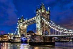 Nachtbeeld bij Torenbrug in Londen royalty-vrije stock afbeelding