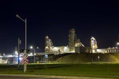 Nachtbeeld van de installatie van de houtverwerking Royalty-vrije Stock Foto's