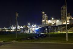 Nachtbeeld van de installatie van de houtverwerking Stock Afbeeldingen