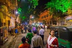Nachtbeeld van verfraaide straat van Kolkata tijdens Durga Puja, West-Bengalen, India stock fotografie