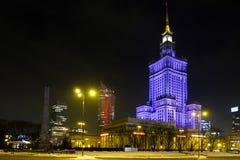 Nachtbeleuchtung des Kultur-und Wissenschafts-Palastes und des Wolkenkratzers Segel Zlota 44 durch Defilad-Quadrat im Warschau-St Stockfotos