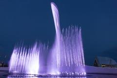 Nachtbeleuchtung olympischen Brunnens Sochis Lizenzfreie Stockfotos