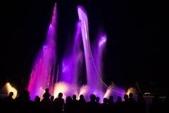 Nachtbeleuchtung olympischen Brunnens Sochis Stockfoto