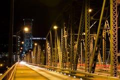Nachtbeleuchtungs-Fachwerkbrückestruktur lizenzfreie stockfotografie