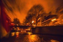 Nachtbeleuchtungsreflexionen in Amsterdam-Kanälen von beweglichem Kreuzfahrtboot Unscharfes abstraktes Foto als Hintergrund Lizenzfreie Stockfotografie