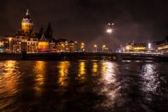 Nachtbeleuchtungsreflexionen in Amsterdam-Kanälen von beweglichem Kreuzfahrtboot Unscharfes abstraktes Foto als Hintergrund Stockfoto