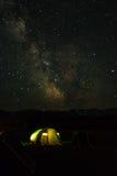 Nachtberglandschaft mit Zelt und schneebedeckten Bergspitzen und Stockfotografie