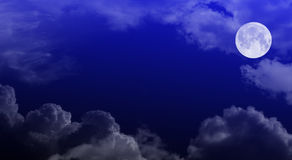 Nachtbewölkter Himmel mit Mond Stockfotografie