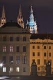 Nachtbild des Haupteingangs zum Prag-Schloss in Prag in der Tschechischen Republik Tor von Riesen, mit barocken Statuen Stockfotografie