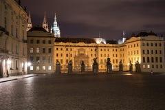 Nachtbild des Haupteingangs zum Prag-Schloss in Prag in der Tschechischen Republik Tor von Riesen, mit barocken Statuen Lizenzfreie Stockbilder