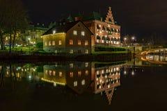 Nachtbild eines Hauses, das in einem Fluss reflektiert wird Stockfoto