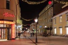Nachtbild eines Weihnachten verzierte Straße in einer kleinen schwedischen Stadt Stockfotos