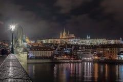 Nachtbild von Prag-Schloss von Charles-Brücke mit Fluss im Vordergrund lizenzfreie stockfotos