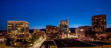 Nachtblauer Himmel über den Stadtskylinen von Boise Idaho Stockfotografie