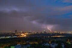 Nachtblitz in den Wolken vor dem Sturm Lizenzfreies Stockbild