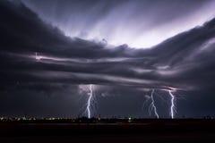 Nachtblitz, der während eines Texas-Gewitters schlägt Lizenzfreie Stockfotografie