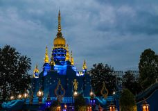 Nachtblitz in Wat Rong Suea Ten Blue-Tempel stupa Stockfoto