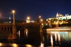 Nachtbrücke über dem Fluss in Prag Stockfotos