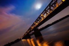 Nachtbrücke über Donau Stockfotografie