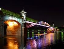 Nachtbrücke auf dem Fluss Stockbild