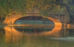 Nachtbrücke in einem Park lizenzfreies stockbild