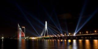Nachtbrücke mit Leuchten Stockbilder