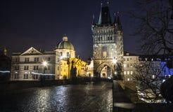 Nachtbrücke in Prag Helle Laternen Tschechische Republik 2018 stockfotos