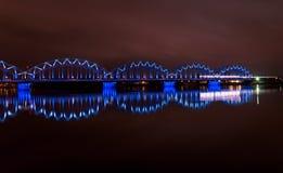Nachtbrücke in Riga Stockfoto