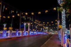Nachtbrücke in Siem Reap freundlich verziert für Weihnachten lizenzfreies stockfoto