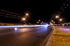 Nachtbrug in Nessebar aangestoken lantaarns stock fotografie
