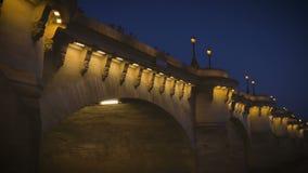 Nachtbrug op de Zegen in Parijs, mensen die foto's maken stock footage