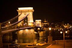 Nachtbrug over de Donau in Boedapest Royalty-vrije Stock Foto