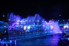 Nachtbrunnen in der Stadt mit modernem belichtet Stockfotos