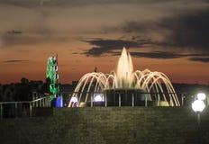Nachtbrunnen im Vergnügungspark lizenzfreies stockfoto