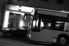 Nachtbus, der Unschärfehintergrund in Schwarzweiss fährt Lizenzfreies Stockbild