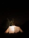 Nachtcampingzelt auf dem Sternhintergrund des bewölkten Himmels. Ursa Major Lizenzfreies Stockfoto